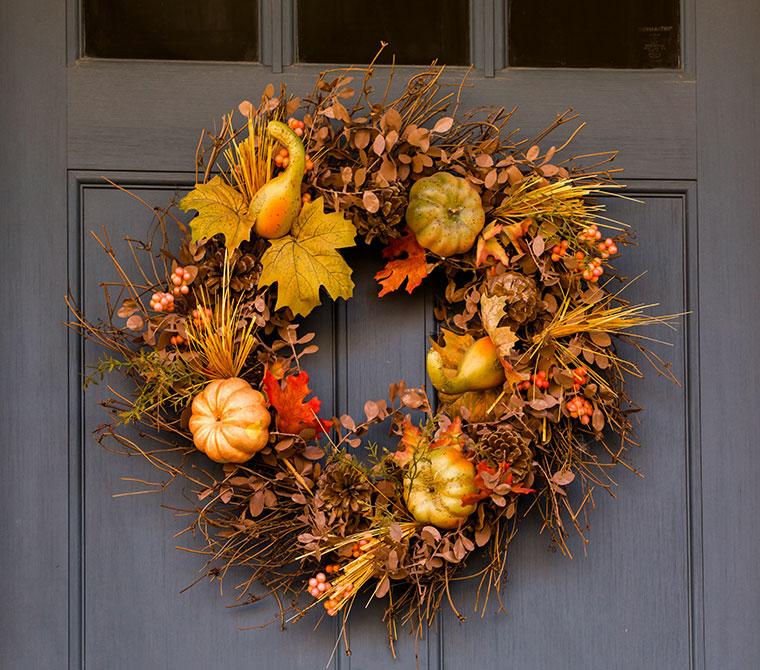 Dekorative Herbstkränze aus natürlichen Materialien.