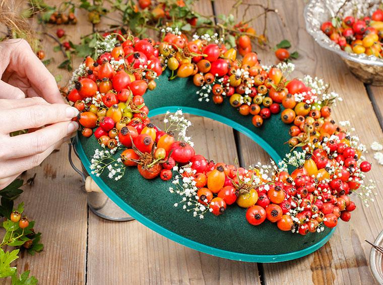 Herbstkranz aus roten Beeren.