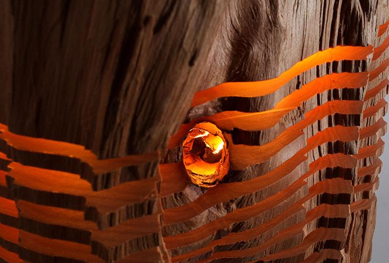 Leuchtende Details der Holzlampe