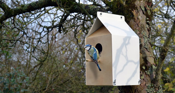 Vogelaus Upcycling aus Holz und Metall