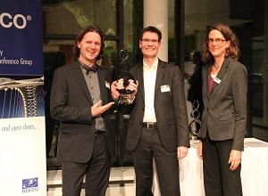 Timo Leukefeld (links) und Stephan Riedel erhalten gemeinsam den Renergy Award 2014 (hier mit Miriam Hegner, Reeco GmbH)