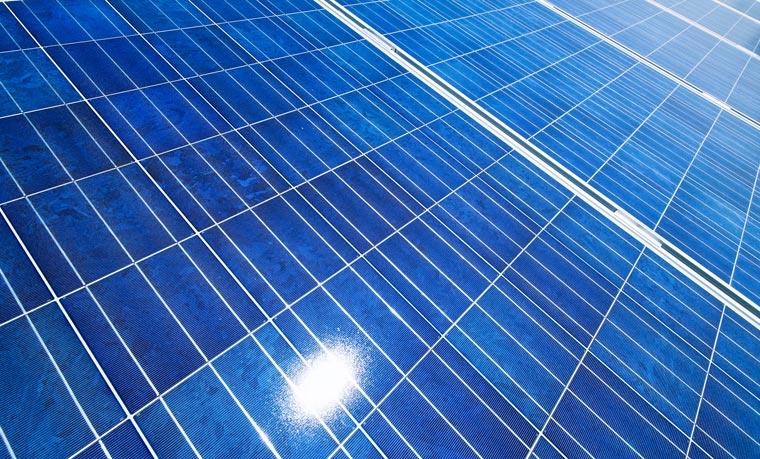 Solaranlagen können sowohl die Heizung als auch Stromerzeugung im Neubau unterstützen ? ohne CO2 zu produzieren.