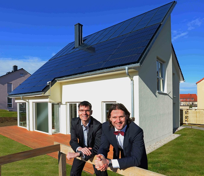 Stephan Riedel und Timo Leukefeld vor einem ihrer energieautarken Sonnenhäuser in Freiberg, Sachsen