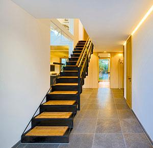 Treppenaufgang mit Lichtkonzept