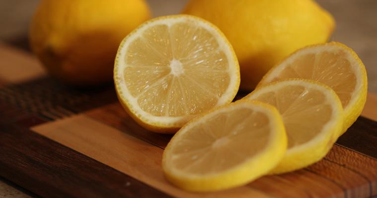 Ceranfeld reinigen: Zitrone killt Keime und sorgt für frischen Duft