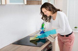 So reinigen Sie Ihr Kochfeld richtig