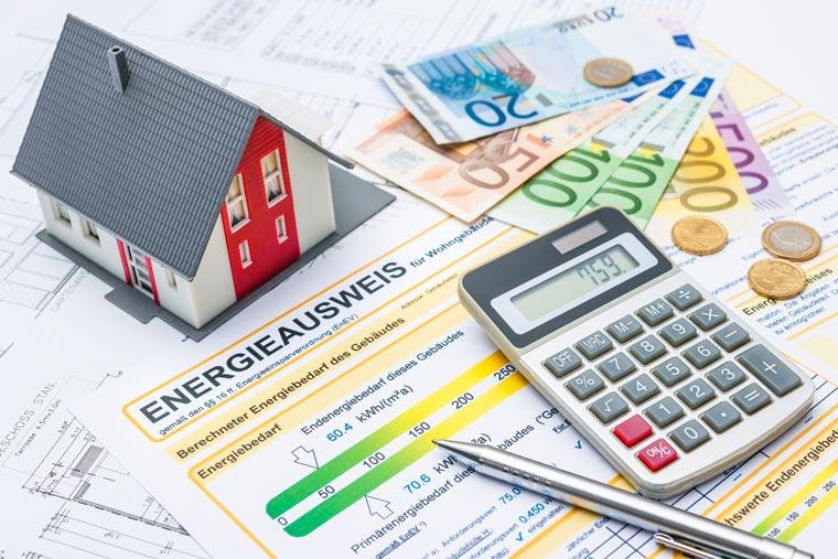 Der Energieausweis versteht sich als individuelle Gebäudeübersicht, die über mögliche und notwendige Energiesparmaßnahmen informiert.