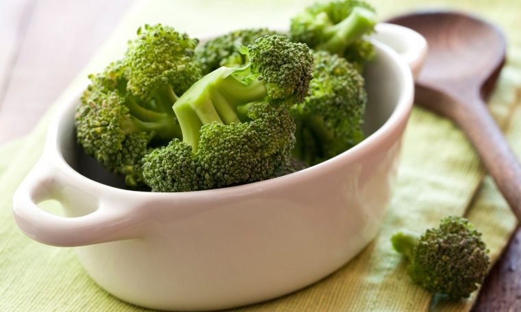 Schneiden Sie den Brokkoli in Röschen, bevor Sie ihn mit Dampf garen oder blanchieren.