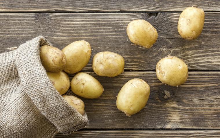 Waschen, schälen und blanchieren Sie die Kartoffeln vor dem einfrieren