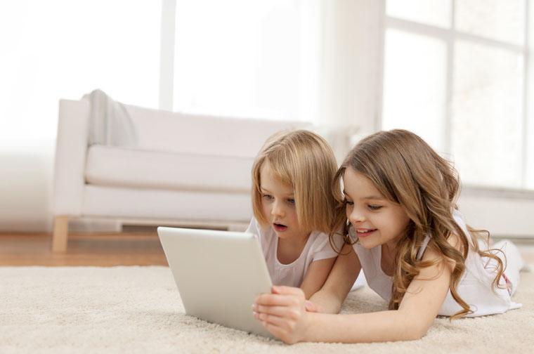 kleine Mädchen spielen zu Hause