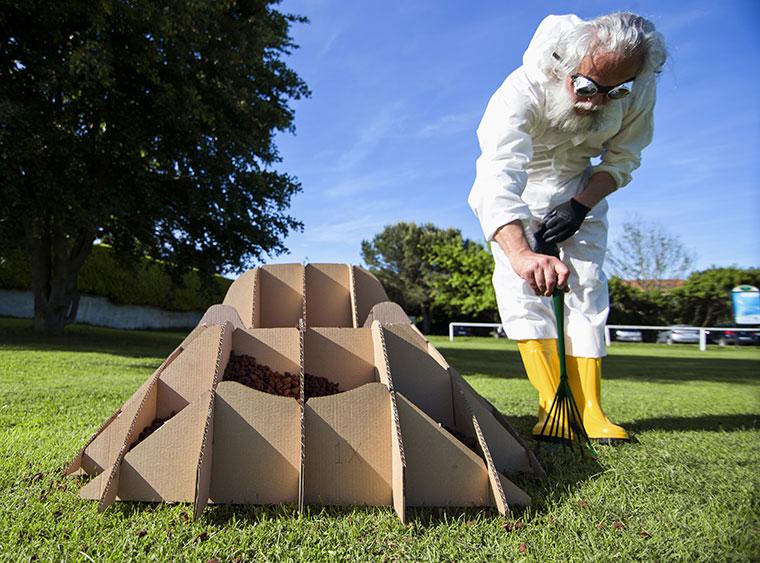 Designer Piergiorgio Robino  bei der Begutachtung seines nachhaltigen Gartensessels
