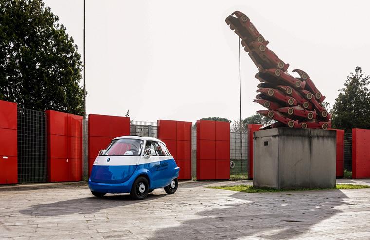 Wer mit dem nostalgisch-futuristischen Mikroauto durch die Straßen fährt, kann sich interessierter Blicke sicher sein