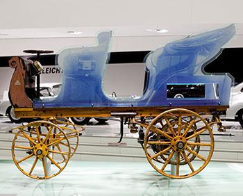 Restauriert, modernisiert und im Stuttgarter Porsche-Museum: In blau die ursprüngliche Sitzbank © Porsche