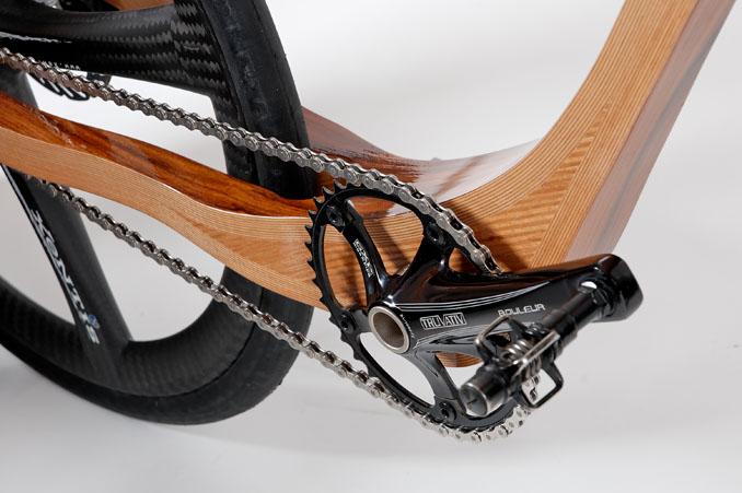 Das hochwertige Holz wird durch ebenso hochwertiges Carbon komplettiert ©Christian Rokosch