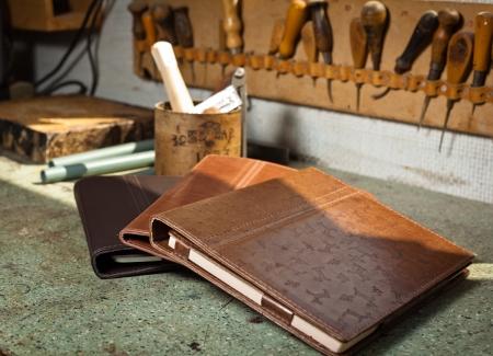 Almwild setzt auf Handwerk Sattlerei bei der Fertigung natürliche iPad-Taschen