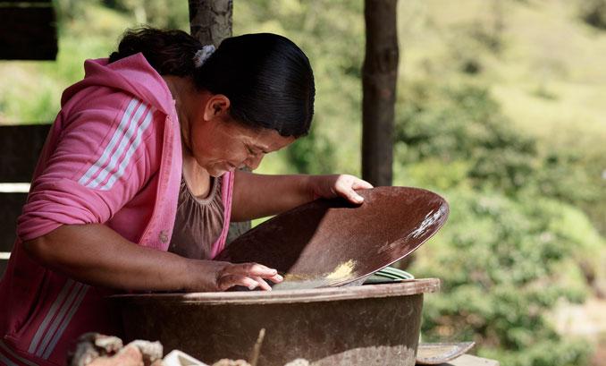 Frau siebt faires Gold