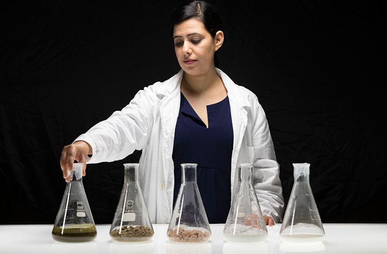 Künstlerin Jalila Essaidi bei der Herstellung von Bioplastik.