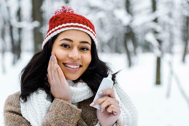 Frau mit trockener Winterhaut