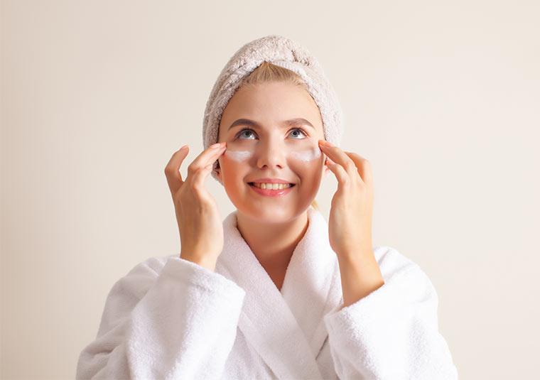 Selbstgemachte Hautcreme auftragen