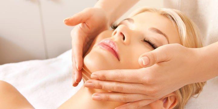 Faltenfrei und entspannt dank der Gesichts-Faszien-Massage