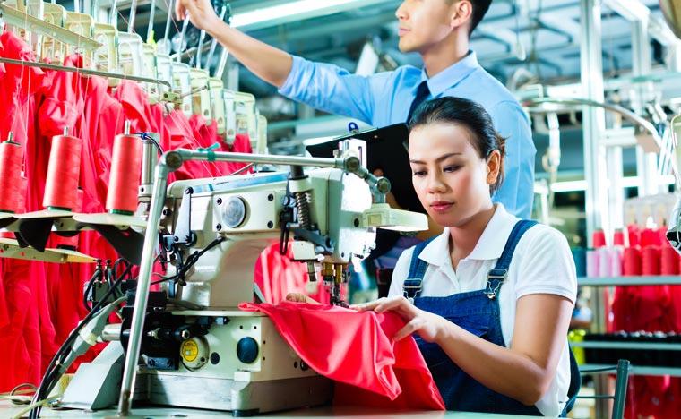 Die Verarbeitung in der Textilindustrie ist nach wie vor viel zu häufig von schlechten Arbeitsbedingungen geprägt.