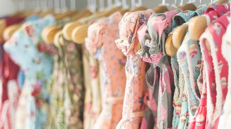 Besser auf Schnäppchen verzichten: Kinderbekleidung vom Discounter ist auffallend oft mit giftigen Schadstoffen belastet.