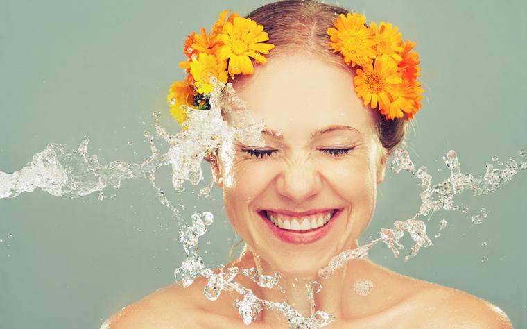Durch eine Überpflege der Haut können Erkrankungen wie die Perioale Dermatitis und Akne entstehen und zunehmen.