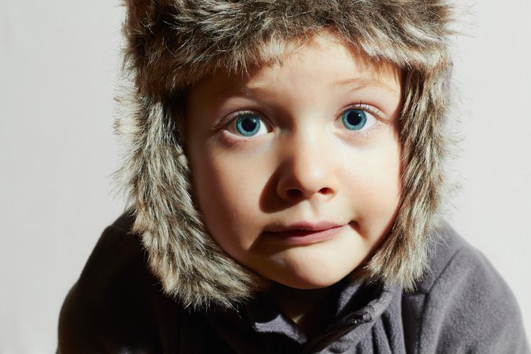 Junge mit Kunstfellmütze, eigentlich aus echtem Pelz.