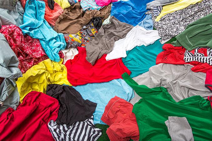 Bunter Haufen Kleidung