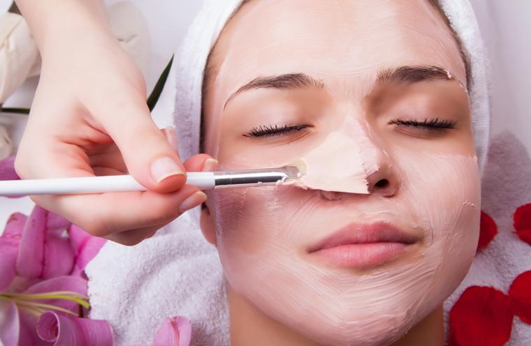 Erwärmter Honig auf die Haut aufgetragen reinigt verstopfte Poren und eine Gesichtsmaske  aus dem Eiweiß eines Ei (möglichst Bio) und etwas Zitronensaft hilft bei großporiger Haut.