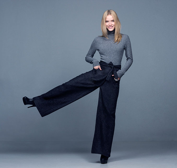 Model mit schwarzer Hose
