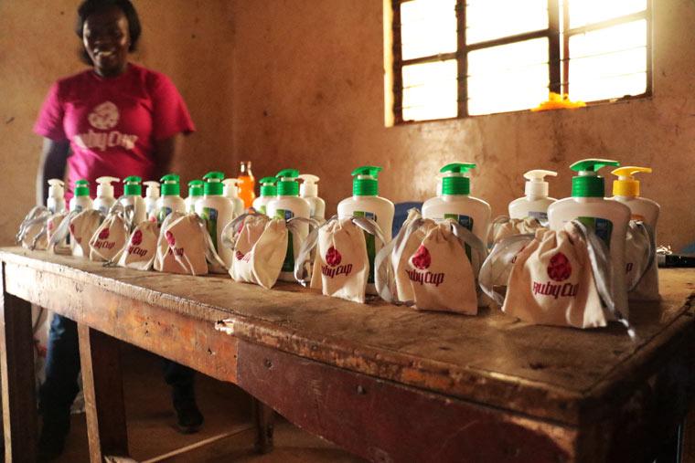 Ruby Cup Menstruationstasse - jeder Kauf spendet einen Ruby Cup