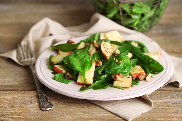 Spinatsalat mit Äpfel und Walnüssen