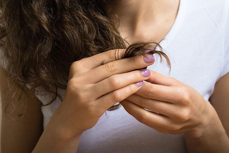 Kaputte und trockene Haarspitzen können viele Gründe haben.