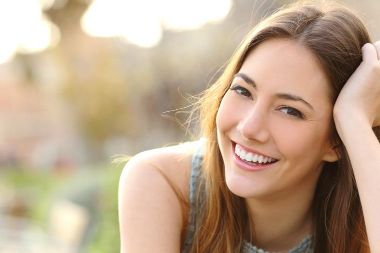 Lächelnde Frau mit natürlich schöner Haut