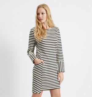 Eine Kombination aus Streifen und asymmetrischem Schnitt wird zum Blickfang, wie bei diesem kurzen Kleid mit langen Ärmeln von People Tree.