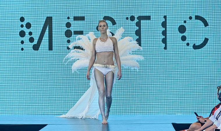 Haute-Couture-Show - Mode aus Kuhmist