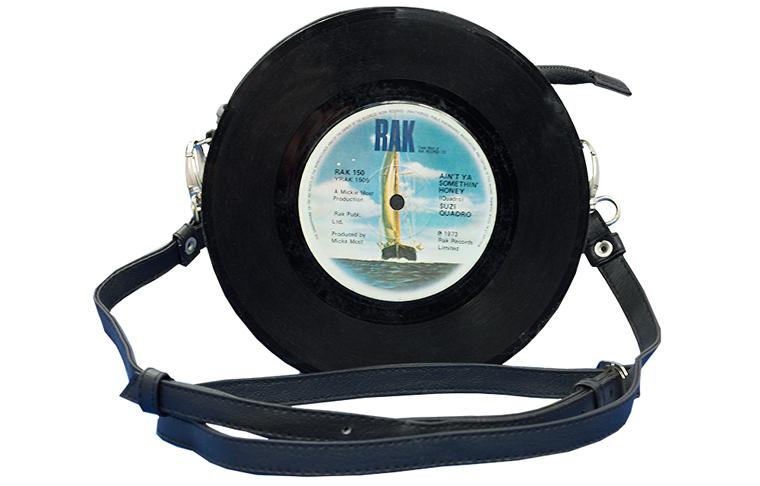 Party-Stimmung kommt mit dieser nachhaltigen Tasche aus zwei echten Schallplatten auf.