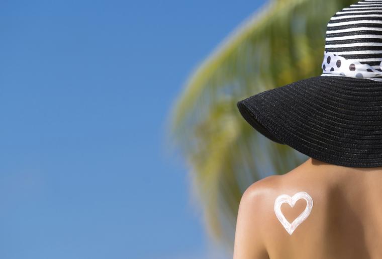 Ungeschützte direkte Sonneneinstrahlung lässt die Haut deutlich schneller altern.