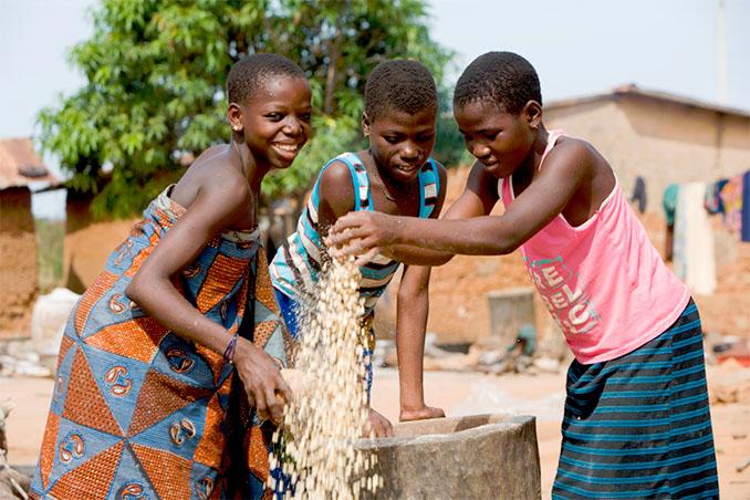Auch die jugendlichen verdienen sich ein Taschengeld als Aushilfsjob bei den Bekannten im Dorf © Cotton made in Africa