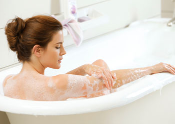 Ein mit Lavendel-Salz angereichertes Entspannungsbad bewirkt wahre Wunder ©Nivea