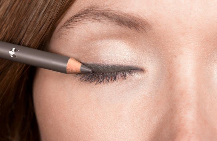 Für eine ansprechende Betonung der Augenpartie zunächst auf dem gesamten oberen Wimpernkranz großzügig Kajal Eyeliner 08 ?taupe? auftragen