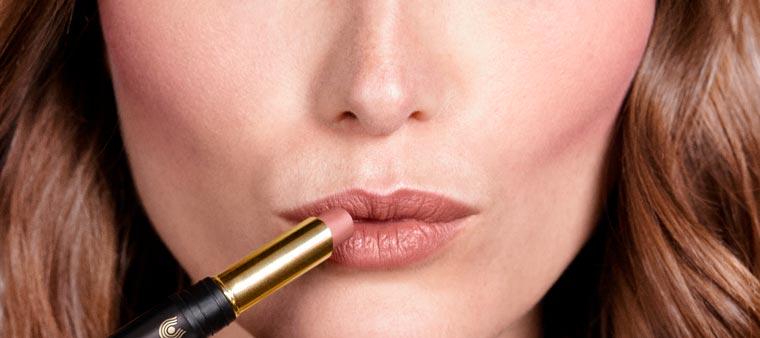 Für ein natürlich betontes Lippenfinish einen Kussmund formen und sanft den Lipstick Novum 08 ?maple glow? auftupfen.
