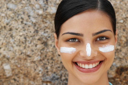 Vor allem das Gesicht braucht ausreichenden Hautschutz