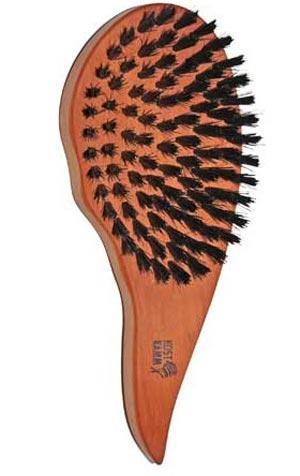 Die handgefertigte Haarpflegebürste von Kost Kamm mit ergonomischem Griff besteht aus heimischem Birnbaumholz und pflegt glattes, gewelltes oder lockiges Haar ganz natürlich.