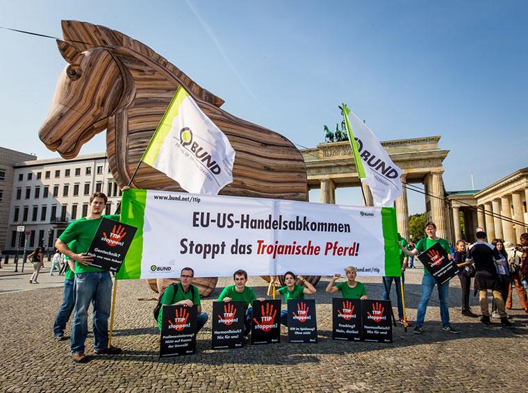 Schluss mit lustig. Jeder Demonstrant zählt im Kampf gegen TTIP.