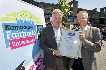 Dieter Overath, Geschäftsführer Fairtrade Deutschland, übergab die Urkunde an Universitätspräsident Prof. Volker Linneweber.  ©TransFair e.V/Iris Maurer