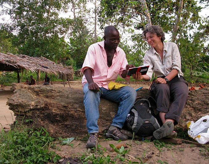 Barbara Fruth holt sich heilpflanzlichen Rat bei Papa Rijo im Dorf Lompole