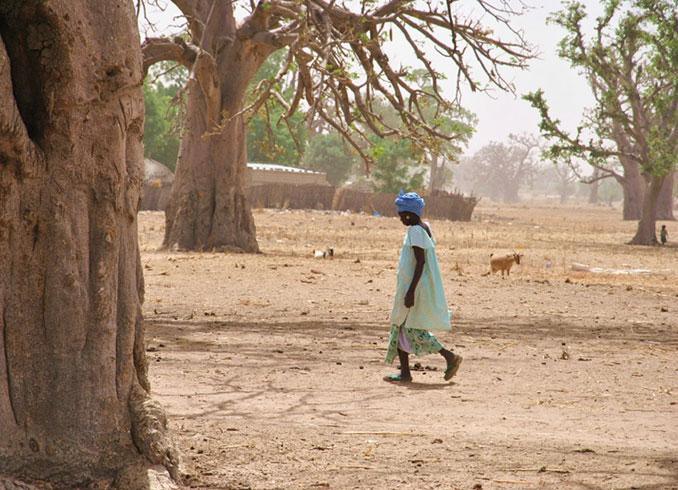 Afrikanische Frau läuft über Boden