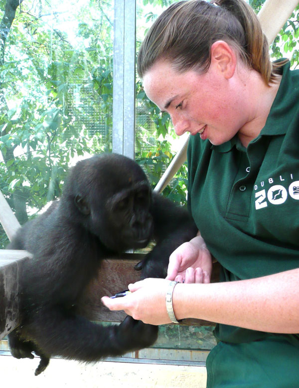 Claudia mit Tierpflegerin in Stuttgart